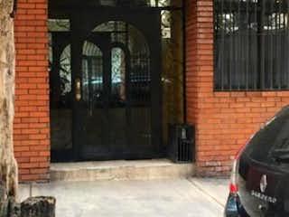 Un coche estacionado delante de un edificio en Departamento en venta en Escandón de 71m²