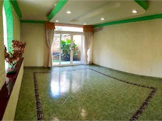 Una sala de estar llena de muebles y una chimenea en Casa en venta en Los Olivos con Jardín...