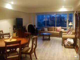 Una sala de estar llena de muebles y una televisión de pantalla plana en Departamento en venta en Lomas De Tecamachalco, 143m²