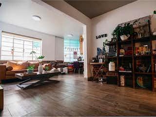 Una sala de estar llena de muebles y un suelo de madera en Departamento en venta en Condesa, 86m² con Jardín...