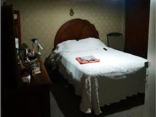 Una cama en una habitación con una luz encendida en Departamento en venta en Villa Tlalpan de 3 hab.