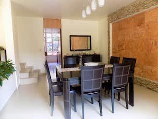 Una sala de estar llena de muebles y una televisión de pantalla plana en Casa en Venta en Tetelpan Álvaro Obregón