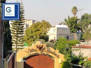 Una persona en un coche en una calle de la ciudad en Casa en venta en Santa María Tepepan de 159m² con Jardín...
