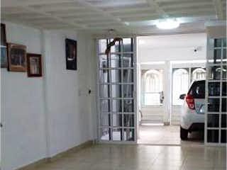 Una persona de pie en un pasillo con una maleta en Casa en venta en El Rosario de 3 hab.