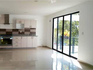 Una cocina con nevera y una ventana en Departamento en venta en Portales de 89m²