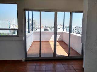 Una vista de una sala de estar con un gran ventanal en Departamento en venta en Portales de 3 recámaras