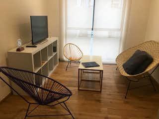 Una sala de estar llena de muebles y una televisión de pantalla plana en Departamento en venta en Colonia Cuauhtémoc de 2 alcobas