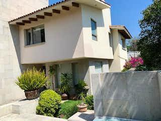 Un edificio blanco con una planta en maceta en Casa en Venta en San Jeronimo Lidice La Magdalena Contreras
