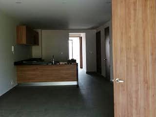 Una habitación con paneles de madera con una puerta de madera en Departamento en venta en Letrán Valle, 90m²
