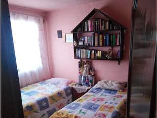 Una cama sentada en un dormitorio junto a una pared amarilla en Casa en venta en Culhuacán con acceso a BBQ