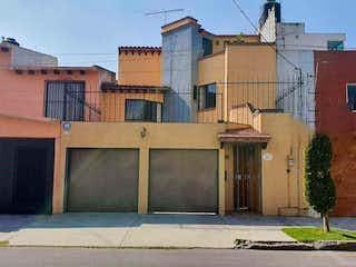 Un rincón de la calle con un edificio y una boca de incendios en Casa en Venta en Paseos del Sur Xochimilco