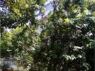 Una persona de pie en una acera cerca de una calle en Casa en venta en Álamos, 200m²