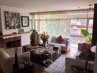 Una sala de estar llena de muebles y una gran ventana en Departamento en venta en Polanco 135m²
