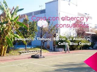 Una señal que está en el lado de un edificio en Casa en venta en La Asunción de 5 alcobas
