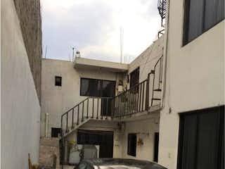 Un coche estacionado delante de un edificio en Casa en Venta en Agricola Oriental Iztacalco