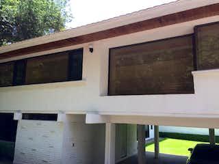 Un edificio con una ventana y una ventana en Casa en venta en Fuentes Del Pedregal de 4 hab. con Zonas húmedas...