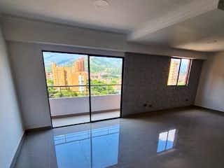 Un cuarto de baño con un gran espejo y una ventana en Apartamento en venta en Loma De Los Bernal de 3 habitaciones