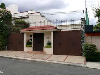 Un edificio blanco con un techo rojo en Casa en Venta en Jardines del Pedregal Álvaro Obregón