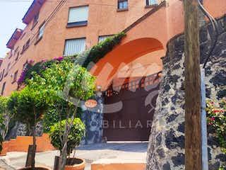 Un edificio con un árbol en el medio en Casa en Venta en Tetelpan Álvaro Obregón