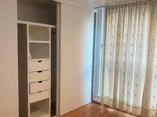 Una habitación que tiene una ventana en ella en Departamento en venta en Lindavista de 3 alcobas