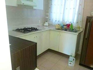 Una cocina con una estufa de fregadero y nevera en Departamento en venta en Colonia Cuauhtémoc de 3 hab.