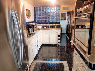 Una cocina con una estufa de fregadero y nevera en Casa en Venta en Lindavista Gustavo A. Madero