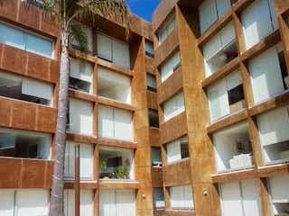 Un edificio alto con muchas ventanas en Departamento en Venta en Cuajimalpa Cuajimalpa de Morelos