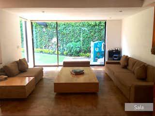 Una sala de estar llena de muebles y una televisión de pantalla plana en Casa en Venta en San Nicolás Totolapan La Magdalena Contreras