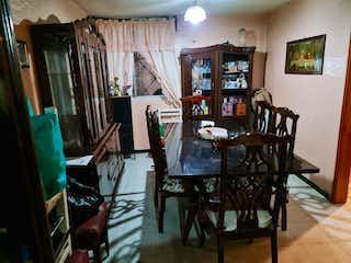 Una habitación llena de muebles y una ventana en Casa en Venta en Santa Cruz Meyehualco Iztapalapa