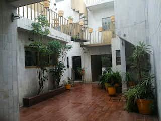 Un edificio que tiene una planta en maceta en Casa en Venta en Moctezuma 2a Sección Venustiano Carranza