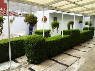 Una vista de un jardín con flores en él en Casa en venta en Colonia Cuajimalpa de 4 recámaras