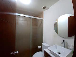 Un cuarto de baño con lavabo y espejo en Departamento en venta en Presidentes De México de 2 alcobas