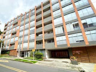Un edificio alto sentado en la esquina de una calle en Apartaestudio En Venta En Bogota Bella Suiza-Usaquén