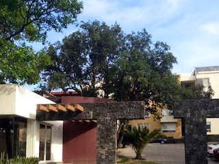 Una calle con un edificio y una boca de incendios amarilla en Departamento en Venta en Miguel Hidalgo 4A Sección Tlalpan