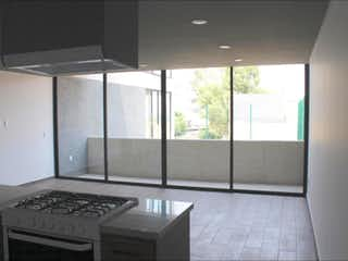 Una cocina en blanco y negro con una gran ventana en Departamento en venta en Tacuba de 141m²