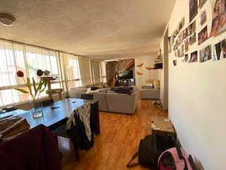 Una sala de estar llena de muebles y una televisión de pantalla plana en Departamento en venta en Jardines Del Pedregal de 115m²