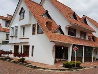 Una casa que tiene una casa a un lado en Casa en venta en Casco Urbano Mosquera de 4 hab. con Zonas húmedas...