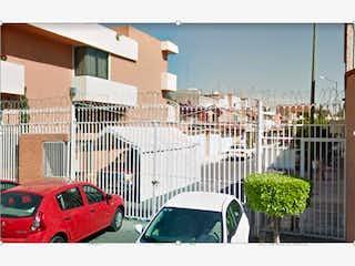Un par de coches estacionados delante de un edificio en Casa en venta en Cafetales 160m²