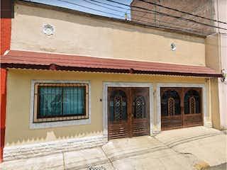 Un edificio con un reloj en el costado en Casa en Venta en Guadalupe Victoria Gustavo A. Madero
