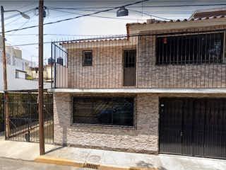 Un gran edificio de ladrillo con una gran ventana en Casa en Venta en Ampliación San Juan de Aragón Gustavo A. Madero