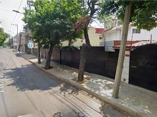 Un tren que viaja por un camino junto a un árbol en Casa en venta en Xaltocan, 110m²
