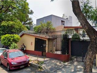 Un coche estacionado delante de una casa en Casa en venta en Huichapan de 107m²