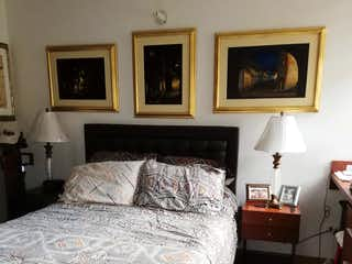 Un dormitorio con una cama y una pintura en la pared en Apartaestudio En Venta En Zipaquira Villa Maria