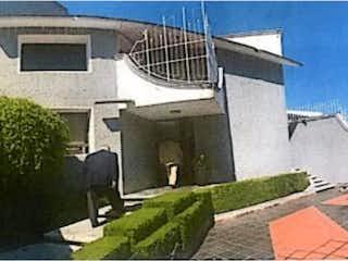 Una vista de un edificio con un edificio en el fondo en Casa en Venta en Paseo de las Lomas Álvaro Obregón