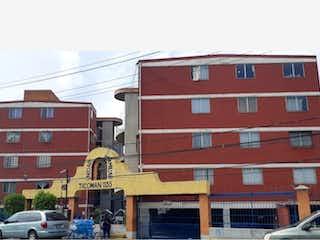 Un edificio de ladrillo rojo con una señal de parada roja en él en Departamento en venta en La Purísima Ticomán de 3 recámaras