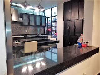 Una cocina con un fregadero, una estufa y un microondas en Casa en Venta en Centro (Área 1) Cuauhtémoc