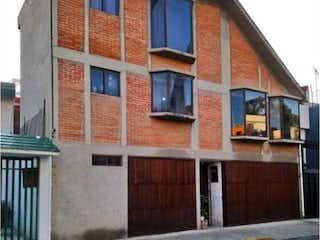 Un edificio con un reloj en el costado en Casa en Venta en Cafetales Coyoacán