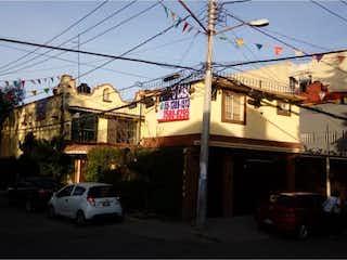Una calle de la ciudad con coches y edificios en el fondo en Casa en Venta en Miguel Hidalgo 2a Seccion Tlalpan