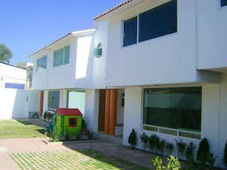 Un edificio blanco con una boca de incendios blanca en Casa en Venta en Pedregal de San Nicolás 4A Sección Tlalpan