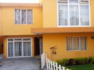 Un edificio con una ventana y un banco en frente en Casa en venta en Mirador con Jardín...
